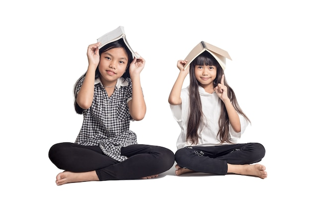 Portret Studentów Azjatyckich Dzieci Siedzi Na Białym Tle Premium Zdjęcia