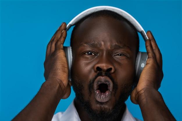 Portret Szalony Człowiek Słuchania Muzyki W Słuchawkach Darmowe Zdjęcia