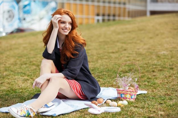 Portret Szczęśliwa Czerwona Kierownicza Kobieta Ma Easter Pinkin Darmowe Zdjęcia