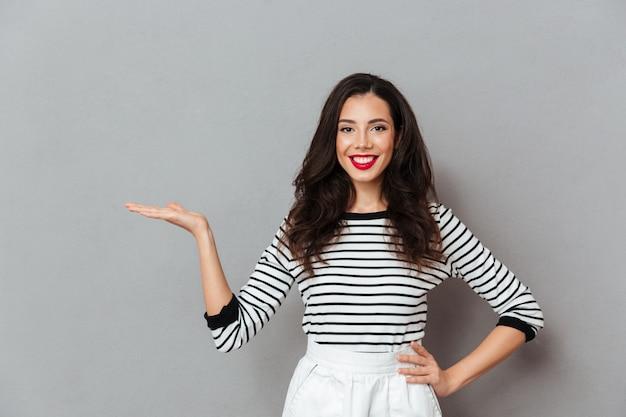 Portret Szczęśliwa Dziewczyny Pozycja Z Ręką Na Biodrach Darmowe Zdjęcia