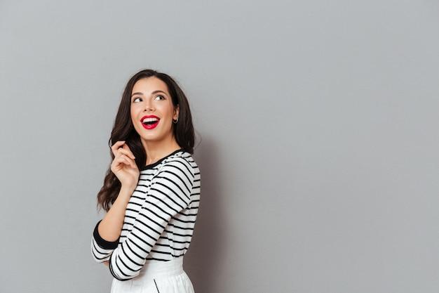 Portret Szczęśliwa Kobieta Patrzeje Daleko Od Przy Kopii Przestrzenią Darmowe Zdjęcia