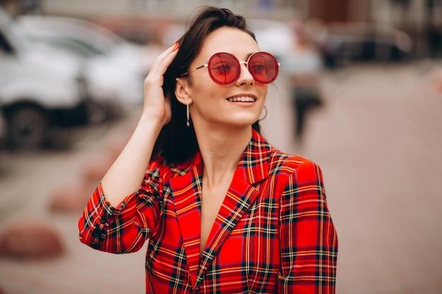 Portret szczęśliwa kobieta w czerwonej kurtce Darmowe Zdjęcia