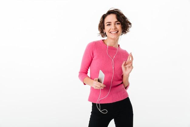 Portret Szczęśliwa ładna Dziewczyna Słucha Muzyka Darmowe Zdjęcia