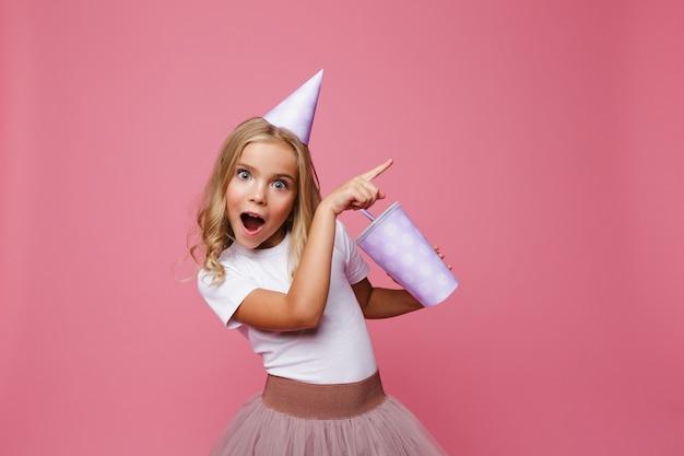 Portret Szczęśliwa Mała Dziewczynka W Urodzinowym Kapeluszu Darmowe Zdjęcia