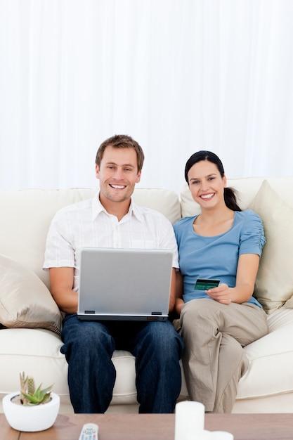 Portret Szczęśliwa Para Kupuje Online Z Ich Kredytową Kartą Premium Zdjęcia