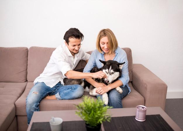 Portret szczęśliwa para w domu z psem Darmowe Zdjęcia