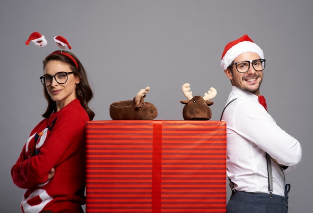 Portret Szczęśliwa Para Z Dużym Prezentem Na Boże Narodzenie Darmowe Zdjęcia