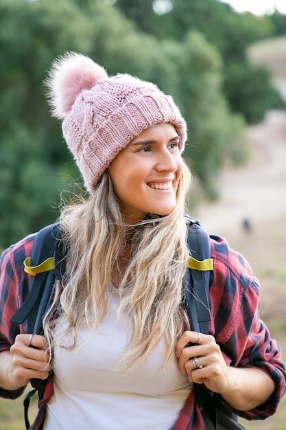 Portret Szczęśliwa Piękna Kobieta W Kapeluszu I Plecak. Kaukaski Uśmiechający Się Podróżnik Kobieta Stojąc Na Naturze. Plecak Koncepcja Turystyki, Przygody I Wakacji Letnich Darmowe Zdjęcia