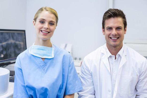 Portret Szczęśliwa Pielęgniarka I Dentysta Premium Zdjęcia