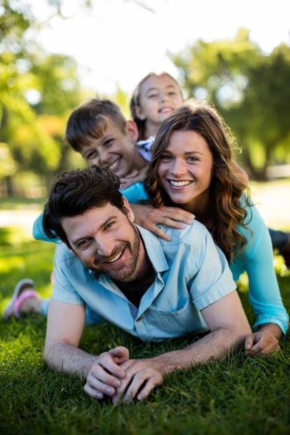 Portret Szczęśliwa Rodzina Gra W Parku Premium Zdjęcia