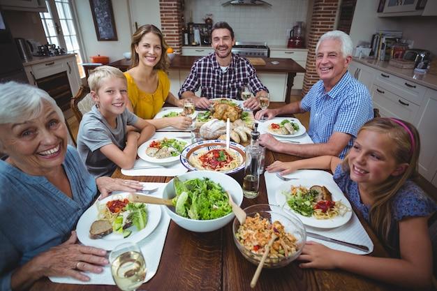 Portret szczęśliwa rodzina świętuje święto dziękczynienia Premium Zdjęcia