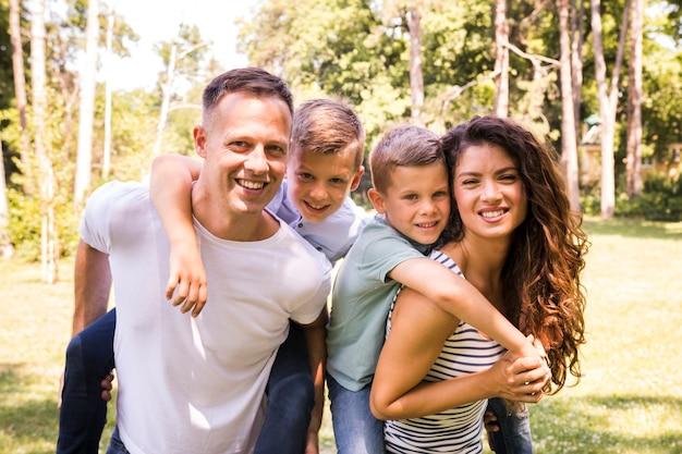 Portret szczęśliwa rodzina w parku Darmowe Zdjęcia
