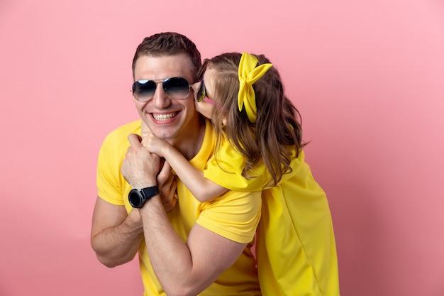 Portret Szczęśliwa Rodzina W żółtej Odzieży Z Okularami Przeciwsłonecznymi Premium Zdjęcia