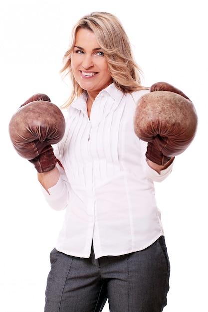 Portret Szczęśliwa Starzejąca Się Kobieta Z Bokserskimi Rękawiczkami Darmowe Zdjęcia