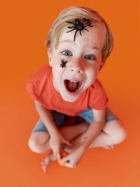 Portret Szczęśliwego Dzieciaka Z Twarzą Pomalowaną Na Halloween Darmowe Zdjęcia
