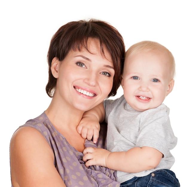 Portret Szczęśliwej Matki Z Uśmiechem Dziecka Na Białym Tle Darmowe Zdjęcia