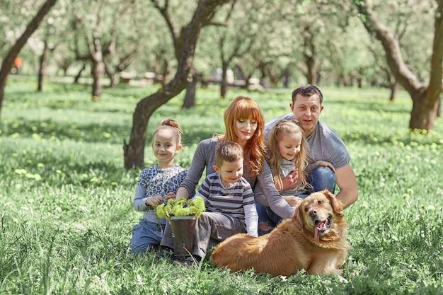 Portret szczęśliwej rodziny na pikniku w wiosenny dzień Premium Zdjęcia