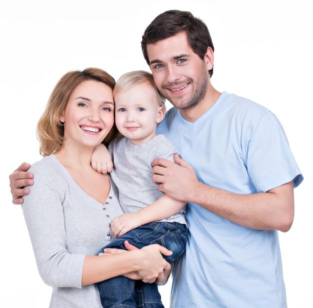 Portret Szczęśliwej Rodziny Z Małym Dzieckiem Patrząc Na Kamery - Na Białym Tle Darmowe Zdjęcia