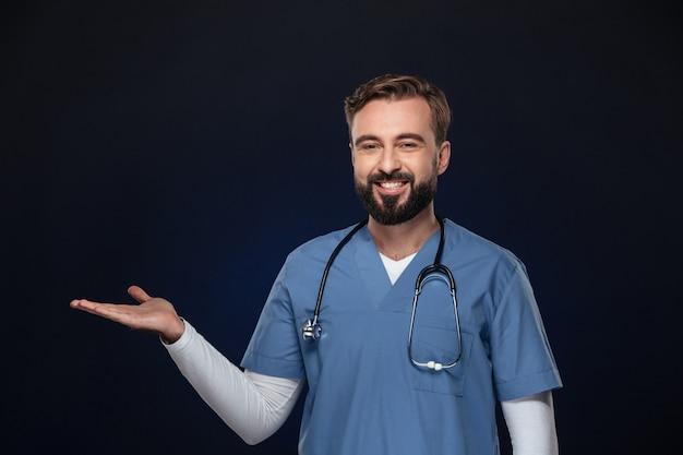Portret Szczęśliwy Lekarz Mężczyzna Ubrany W Mundur Darmowe Zdjęcia