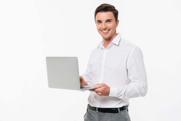 Portret Szczęśliwy Młodego Człowieka Mienia Laptop Darmowe Zdjęcia