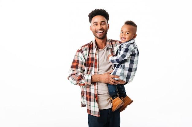 Portret Szczęśliwy Młody Afrykański Mężczyzna Darmowe Zdjęcia