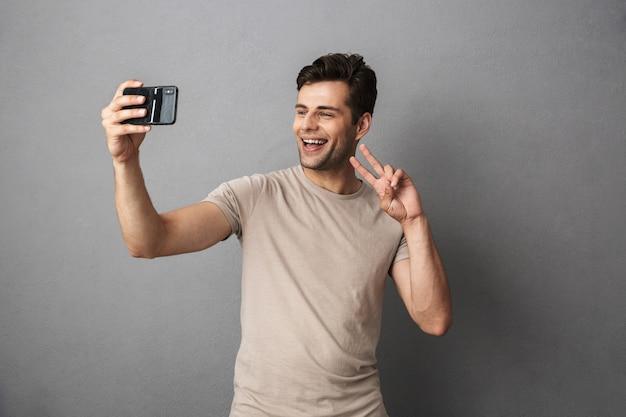 Portret Szczęśliwy Młody Człowiek W Koszulce Premium Zdjęcia