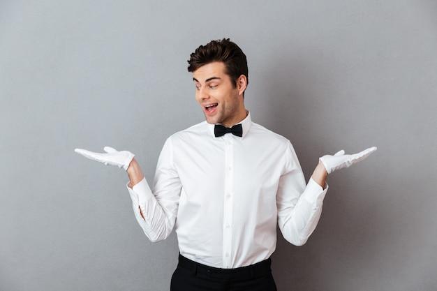 Portret Szczęśliwy Podekscytowany Mężczyzna Kelner Darmowe Zdjęcia