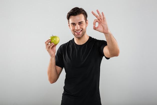 Portret Szczęśliwy Uśmiechnięty Mężczyzna Trzyma Zielonego Jabłka Darmowe Zdjęcia