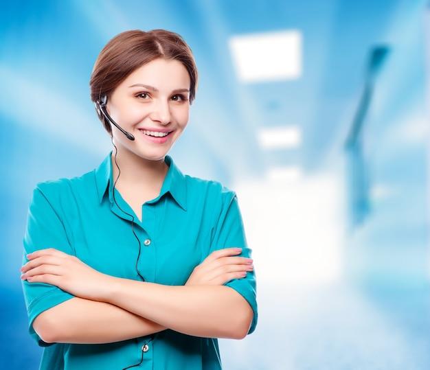 Portret szczęśliwy uśmiechnięty rozochocony młody poparcie telefonu operator Premium Zdjęcia