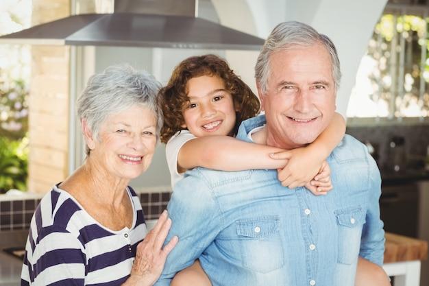 Portret szczęśliwych dziadków z wnuczką Premium Zdjęcia