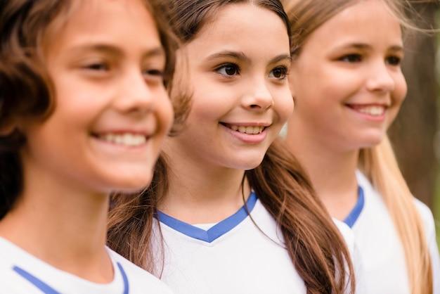 Portret Szczęśliwych Dzieci W Odzieży Sportowej Na Zewnątrz Darmowe Zdjęcia