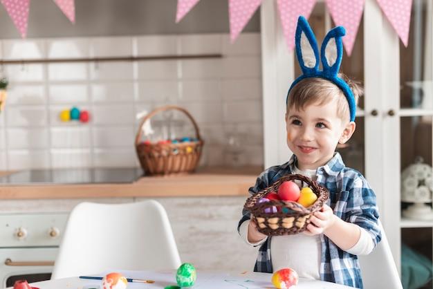 Portret Trzyma Kosz Z Easter Jajkami Chłopiec Darmowe Zdjęcia