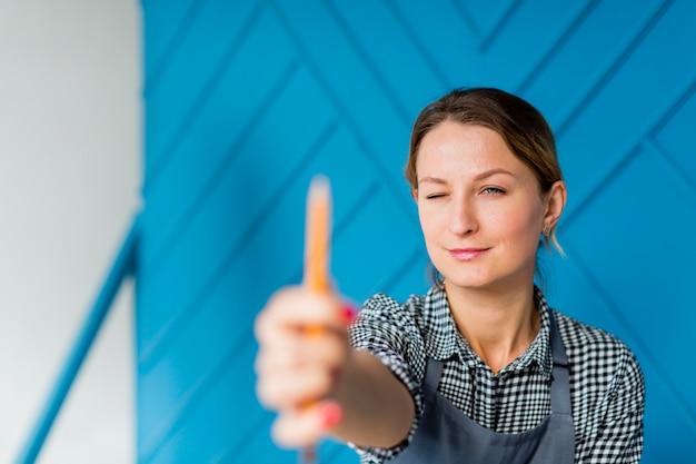 Portret trzyma ołówek młoda kobieta Darmowe Zdjęcia