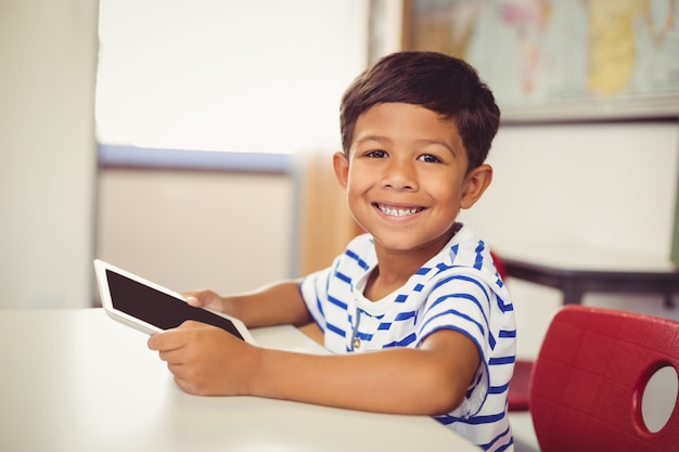 Portret Uczeń Używa Cyfrową Pastylkę W Sala Lekcyjnej Premium Zdjęcia