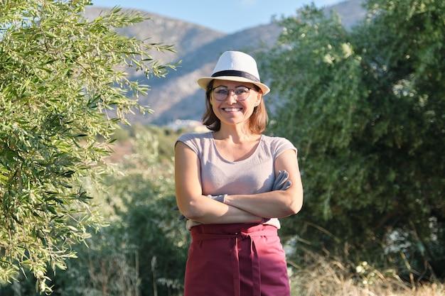 Portret Ufny Kobiety Oliwny Właściciel Gospodarstwa Rolnego, Tło Drzewa Oliwne W Górach Premium Zdjęcia