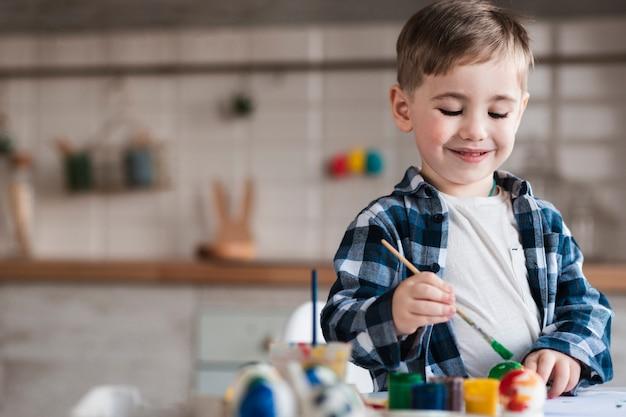 Portret Urocza Chłopiec Maluje Jajka Dla Easter Darmowe Zdjęcia