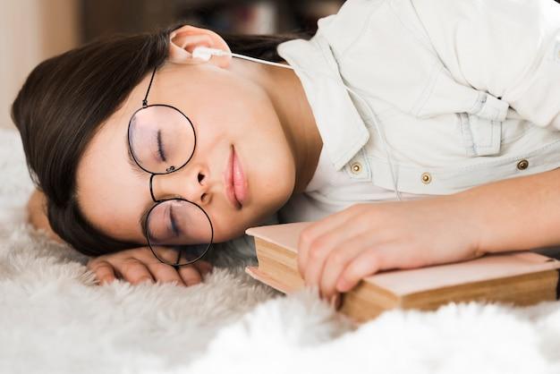 Portret Urocza Młoda Dziewczyna śpi Darmowe Zdjęcia