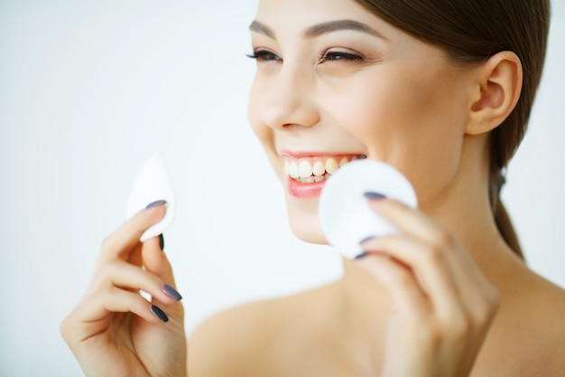 Portret uśmiecha się wacika i używa dorosłej kobiety Premium Zdjęcia