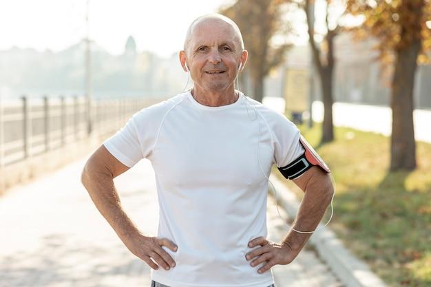 Portret uśmiechający się starszy mężczyzna sportowca Darmowe Zdjęcia