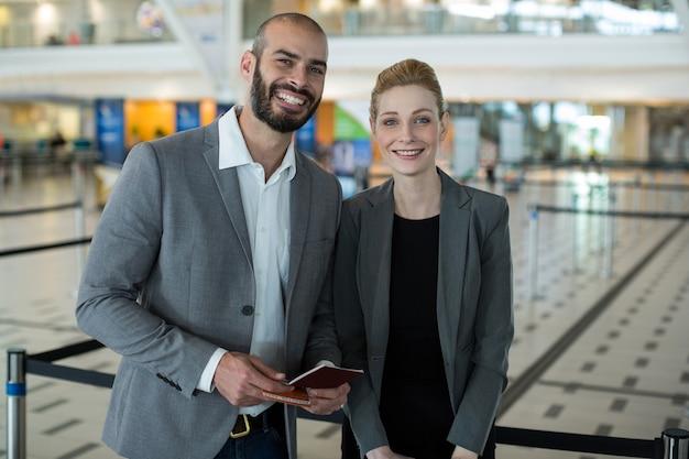 Portret Uśmiechnięci Biznesmeni Z Paszportem Czekają W Kolejce Darmowe Zdjęcia