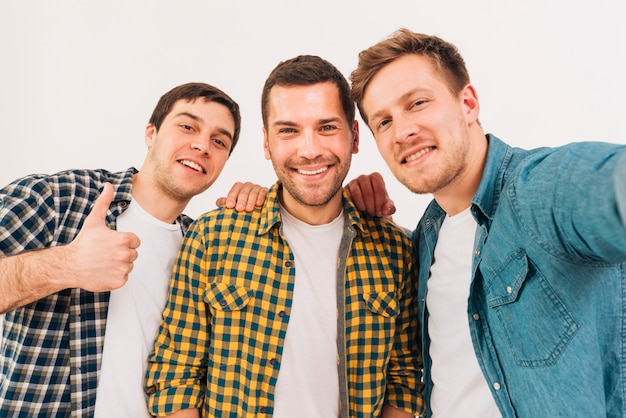 Portret uśmiechnięci młodzi męscy przyjaciele patrzeje kamerę Darmowe Zdjęcia