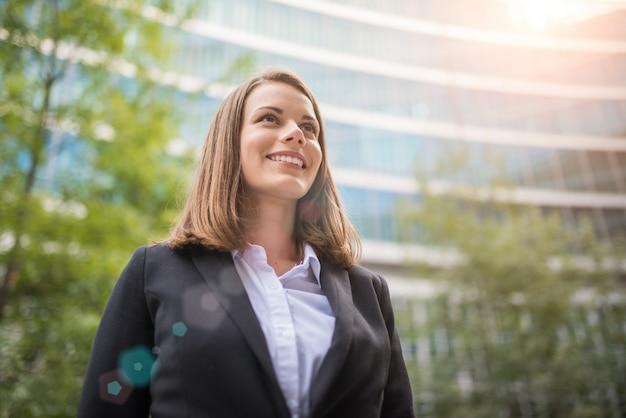 Portret uśmiechnięta biznesowa kobieta Premium Zdjęcia
