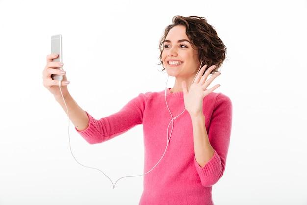 Portret Uśmiechnięta ładna Dziewczyna Z Słuchawkami Darmowe Zdjęcia