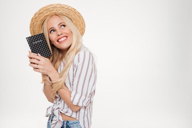 Portret Uśmiechnięta ładna Kobieta W Lato Kapeluszu Darmowe Zdjęcia