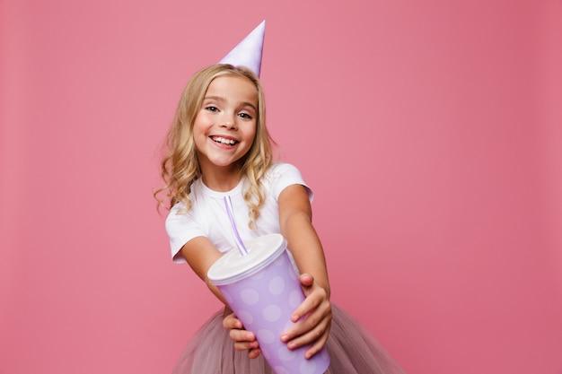 Portret Uśmiechnięta Mała Dziewczynka W Urodzinowym Kapeluszu Darmowe Zdjęcia