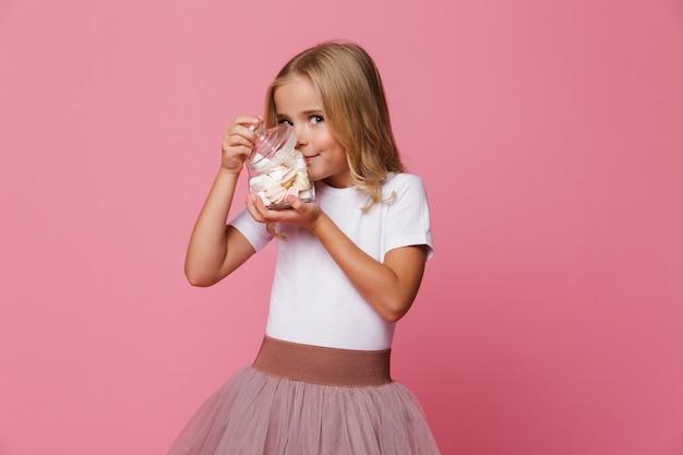 Portret Uśmiechnięta Mała Dziewczynka Wącha Marshmallow Darmowe Zdjęcia