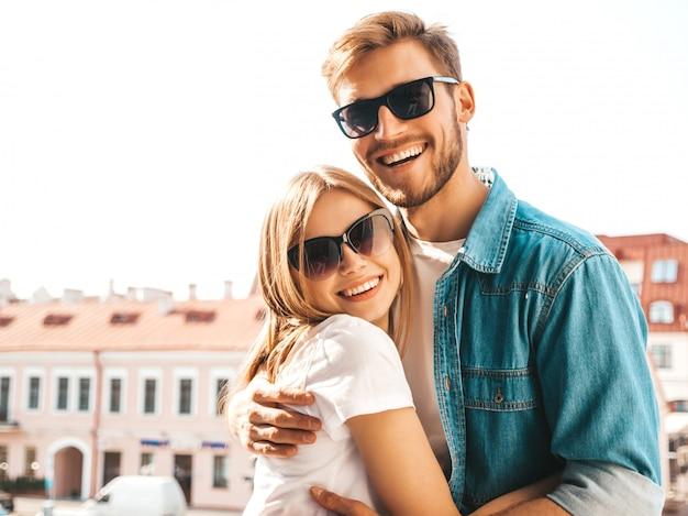Portret Uśmiechnięta Piękna Dziewczyna I Jej Przystojny Chłopak. Kobieta W Stroju Casual Dżinsy Lato. Darmowe Zdjęcia