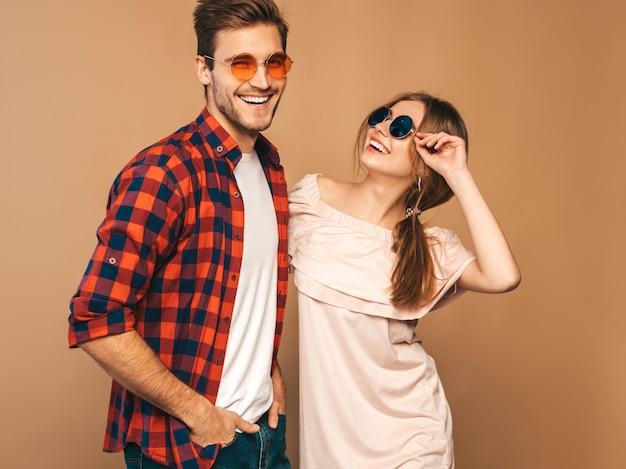 Portret Uśmiechnięta Piękna Dziewczyna I Jej Przystojny Chłopak śmiejąc Się. Darmowe Zdjęcia