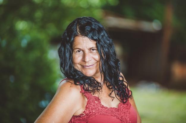 Portret Uśmiechnięta Piękna Kobieta W Naturze Premium Zdjęcia
