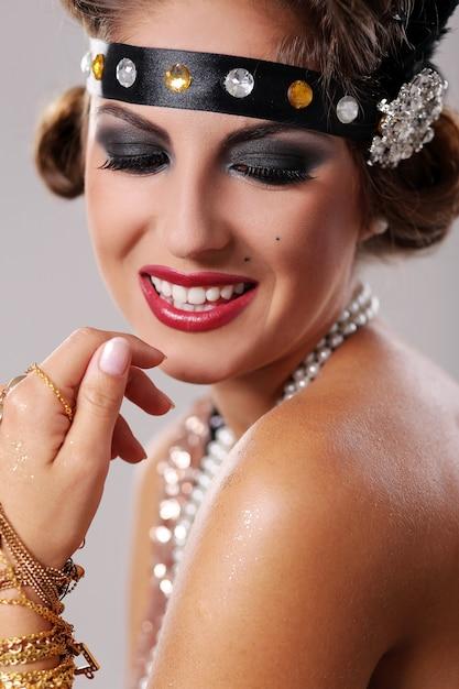 Portret uśmiechnięta piękna partyjna kobieta Darmowe Zdjęcia